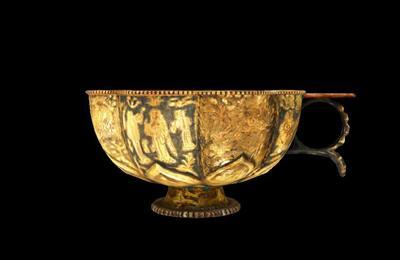 鎏金仕女狩猎纹八瓣银杯
