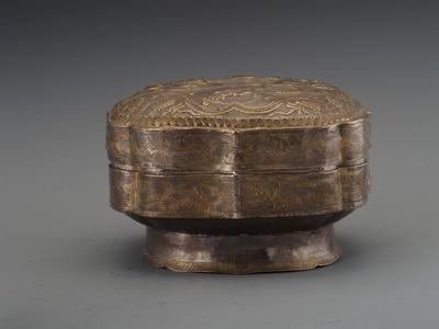 鎏金双狮纹菱弧形圈足银盒