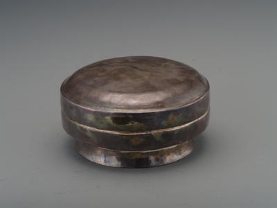 素面圈足圆银盒