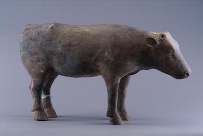 西汉彩绘陶牛